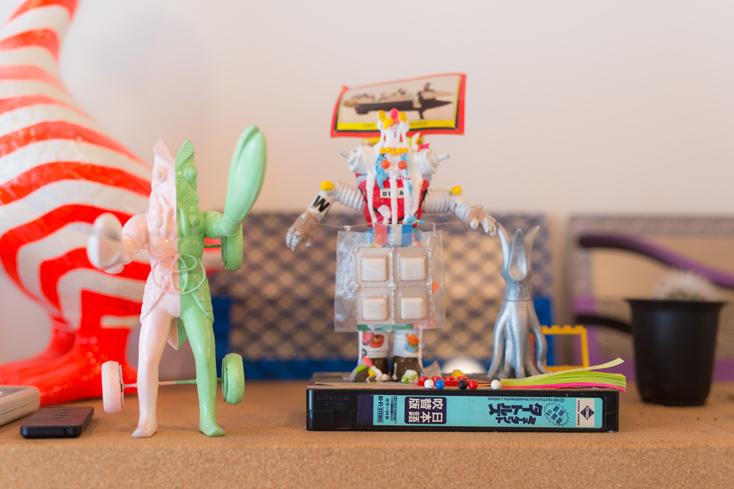 オフィスの至るところに、「CEKAI」に集まるさまざまな人が持ち寄ったおもちゃが思い思いに並んでいる。