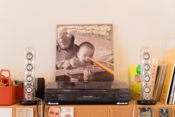 「机の下にウーファーがあって、事務所みんな聞こえるので良い感じです。デザイナーってPCにずっと向かっている仕事なので、音楽がずっと聴けて、なのでそのへんのミュージシャンより音楽を聴いているんじゃないかっていう。そういう意味ではすごく良い事務所ですね」