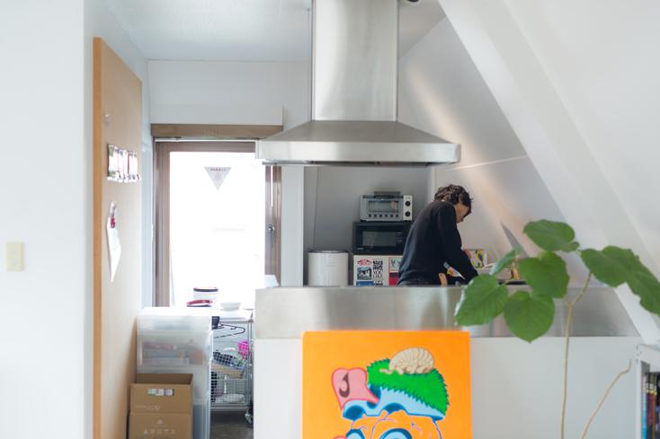 3Fはミーティングルーム兼リビング、そしてキッチン。2Fと同様に、フロアを遮る壁や仕切りはなく、いろんな意味で風通しのよい環境だ。業務用のようなDIYっぽさがオフィスの世界感になじむキッチンのレンジフードは、オフィスの改装で新たに付けられたものかと思いきや、リノベ前からあったもの。