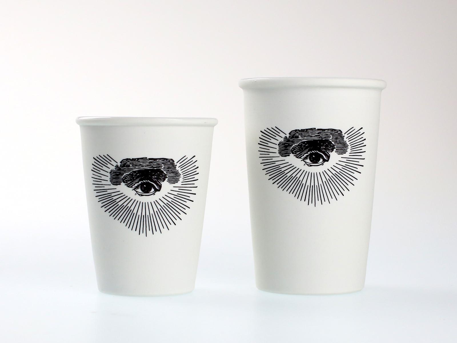 フリーメイソンのシンボルである「コンパスと直角定規」「プロビデンスの目」のマークがプリントされたコーヒーグッズ