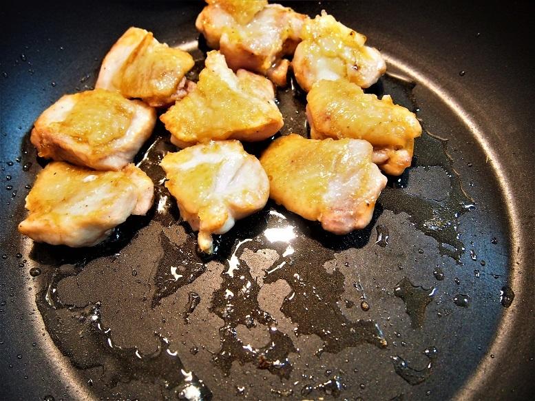 こんがり焼き色が付いたら裏返して端に寄せ、空いたところに米油(大さじ1)を加えて茄子を皮目から入れて焼き、皮が艶やかになったら裏返す
