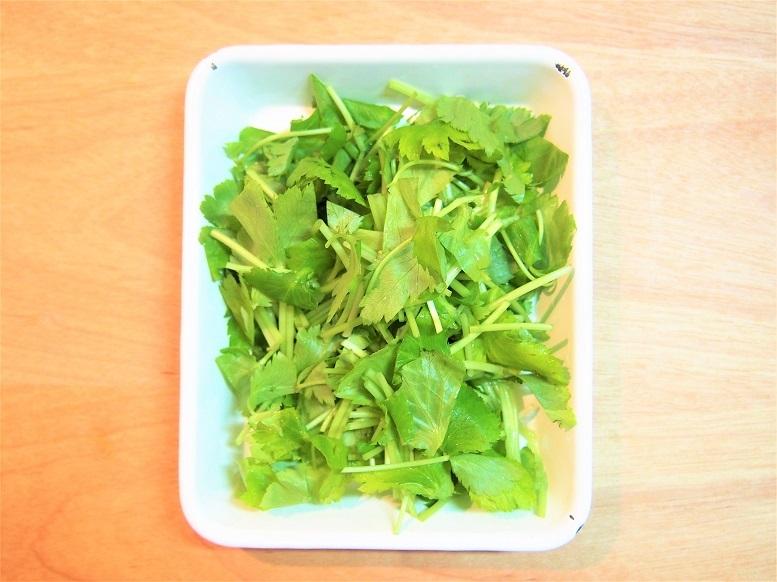 三つ葉は根元を切り落として2センチ長に切り、卵はボウルに割り入れ菜箸で溶きほぐす。卵は、黄身を崩してから白身を15~20回くらい溶きほぐすと、白身部分も少し残る仕上がりになる