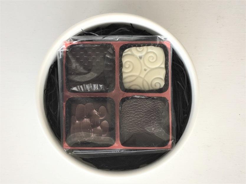 厳選した佐賀県産の素材を用いて作られたオリジナルチョコレートは数多くのハイクラスホテルや有名レストランのためにチョコレートをプロデュースしてきた経歴をもつ、ショコラティエ・野口和男氏考案によるもの