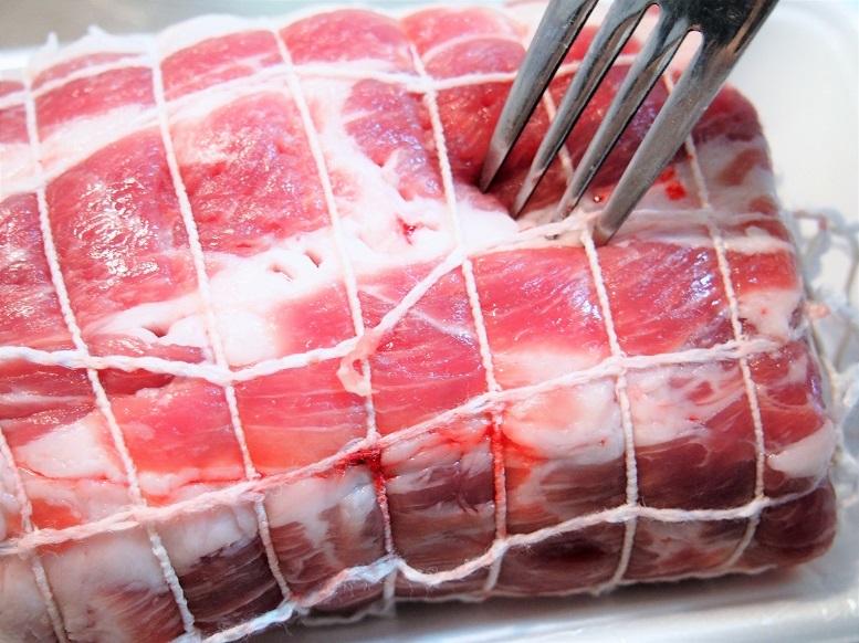 豚肉をタコ糸で巻き、表面をフォークで刺し、塩をすりこみ1時間ほど置く