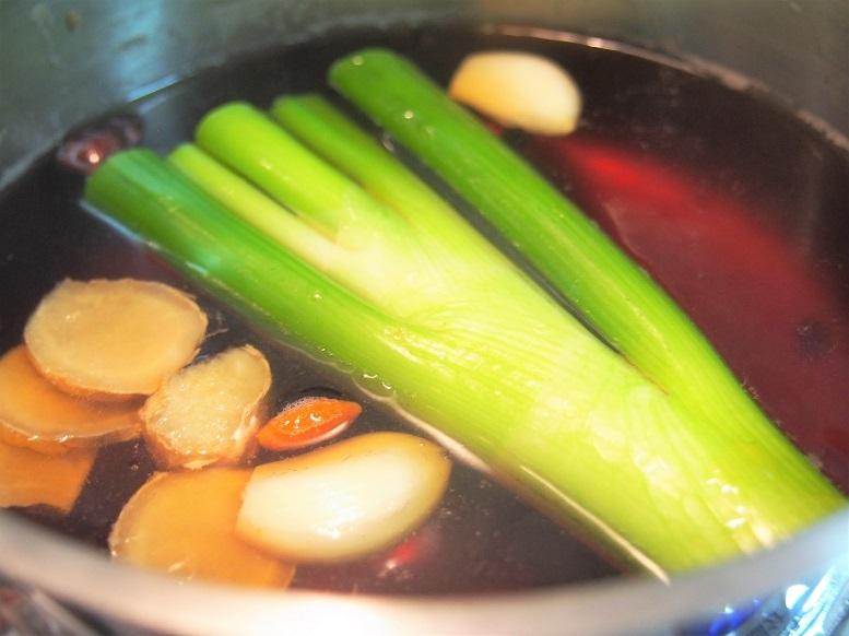 鍋にAを合わせて一煮立ちさせ、アクを取る