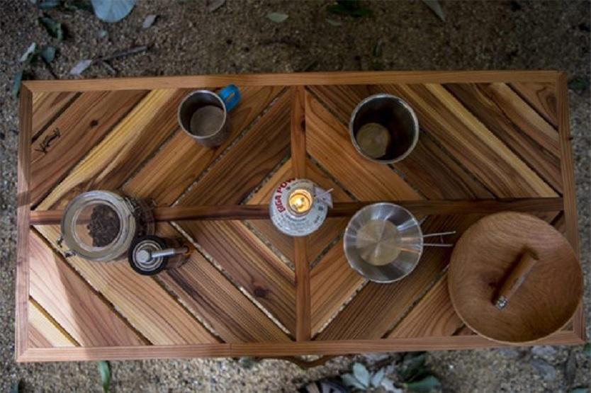 革製の持ち手、木製にこだわったロック機能、木目が際立つひし形デザインなど、職人の技術がつまった一生モノのテーブル