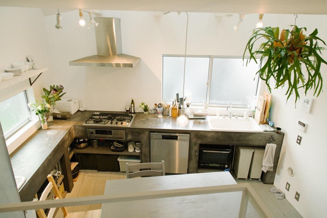 モルタルの広いキッチン