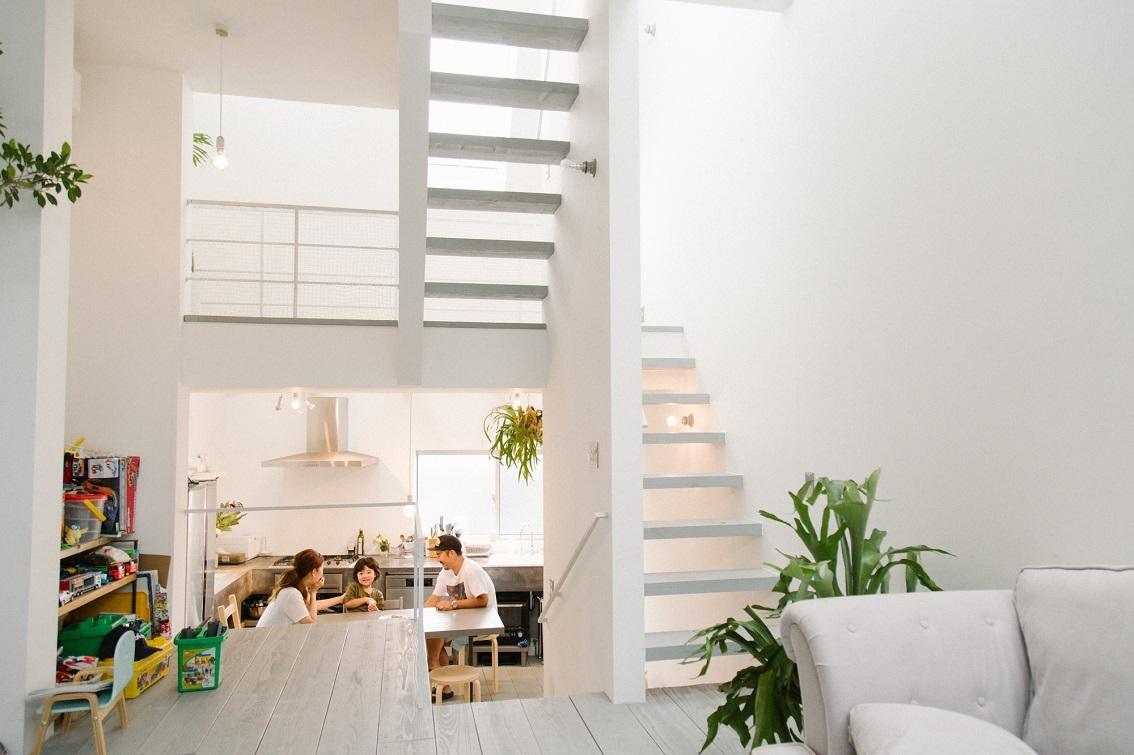 スキップフロアで、天井が高く明るい家