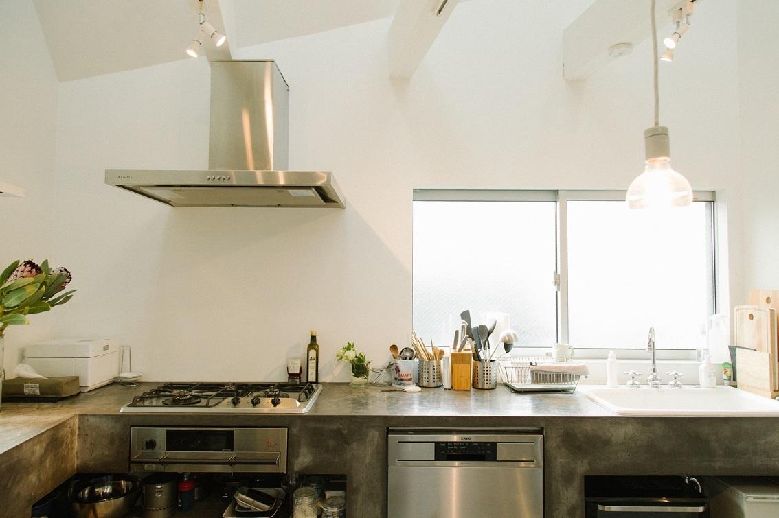 モルタル「風」のキッチン