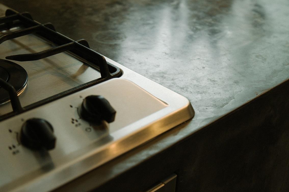 モルタル風に塗装したキッチン