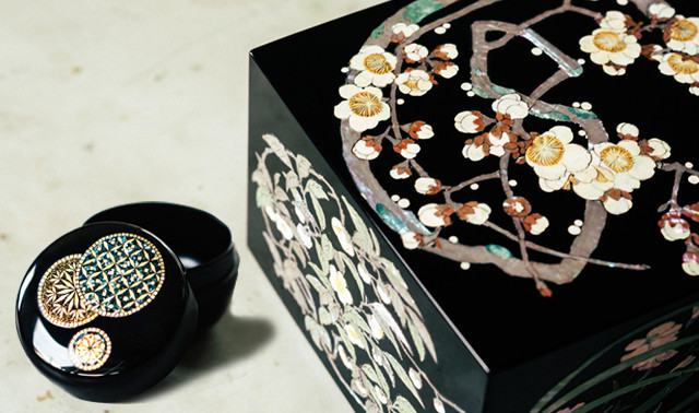 富山県高岡市の伝統工芸「高岡漆器」の代表的な装飾技法である螺鈿細工を体験してもらおうと、「高岡螺鈿缶」の開発を進めている