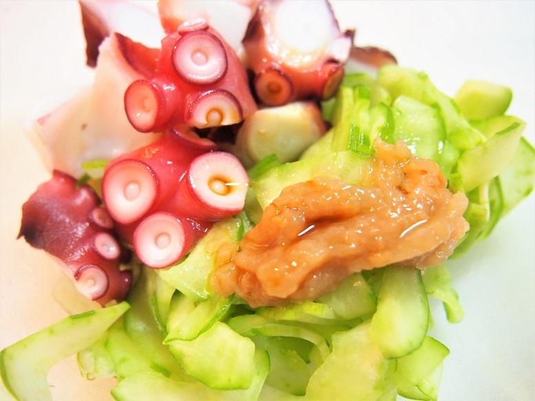 ボウルにすべての材料を入れて和えたらタコと白瓜の梅肉和えが完成