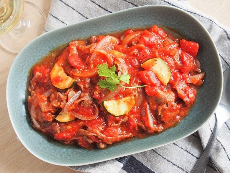 ワインにぴったり。フライパンひとつで手軽に作れる「牛肉のトマト煮」