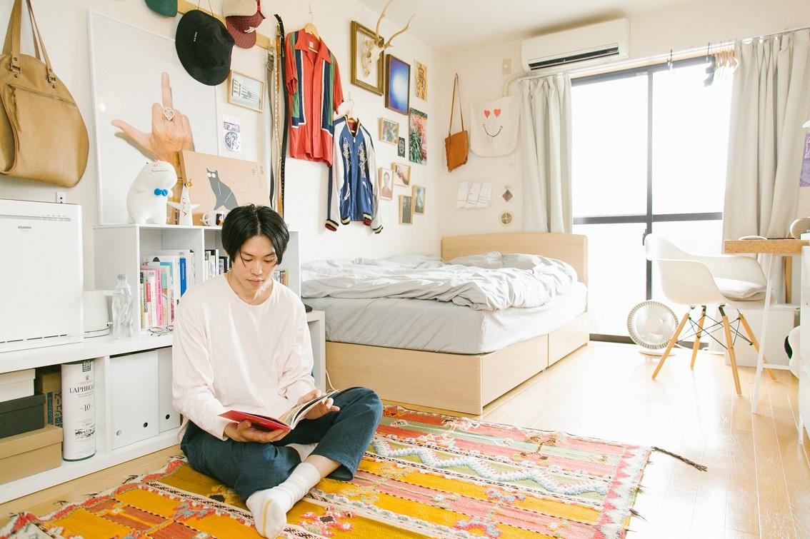 シンプル家具の隙間にコレクションが並ぶデザイナーの部屋世田谷代田