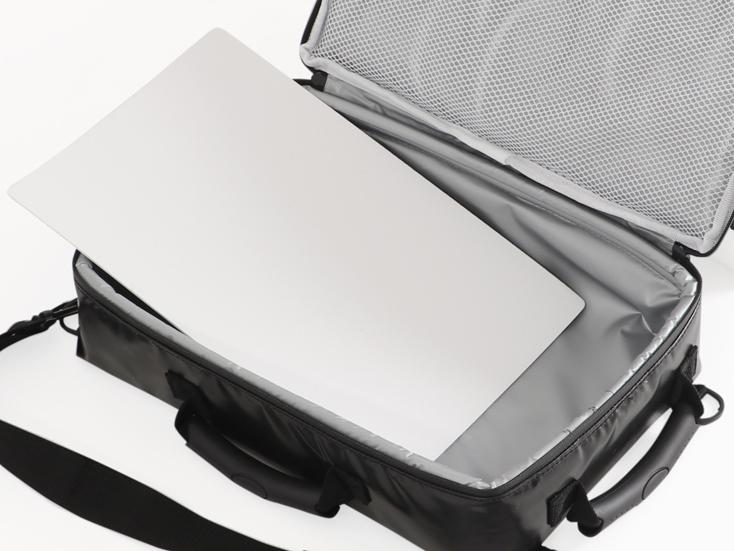 バッグの内側にはポリエチレンの底板を敷いているので、350mlの缶を12本入れても型崩れを起こしにくい