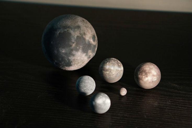 思いっきり縮小された「Tiny」シリーズなら、いつでも宇宙を持ち運びできる