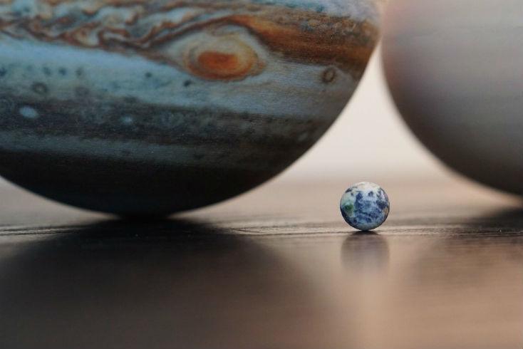 地球の衛星である月、木星のイオ、エウロパ、ガニメデ、カリストの4つのガリレオ衛星、天王星の5大衛星などマイナーな天体も作られている