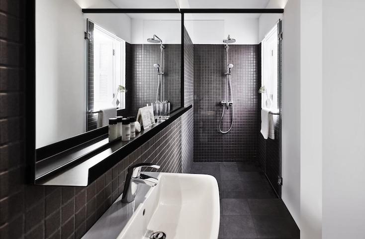 浴室や洗面所、付属のシャンプーなどのボトルも全てモノクロなのも見ていて楽しい