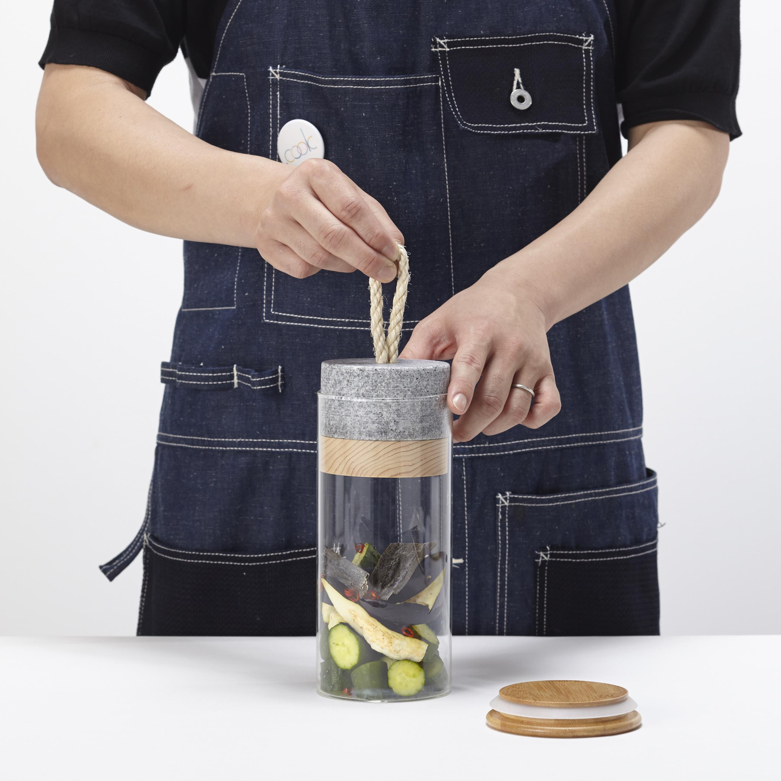 「Picklestone」の考案者である田中友規氏は、料理男子である彼が使いたい全く新しい漬物容器を作り上げた