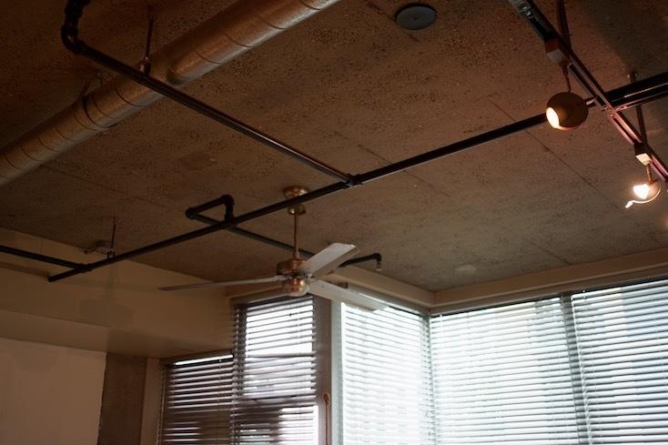 配管のように天井を巡るおしゃれな照明