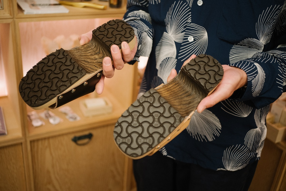 アッパー部分を本革で作り、ソール部分はビルケンシュトックのものを使用している