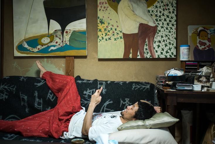 アートが飾ってあるリビングのソファ