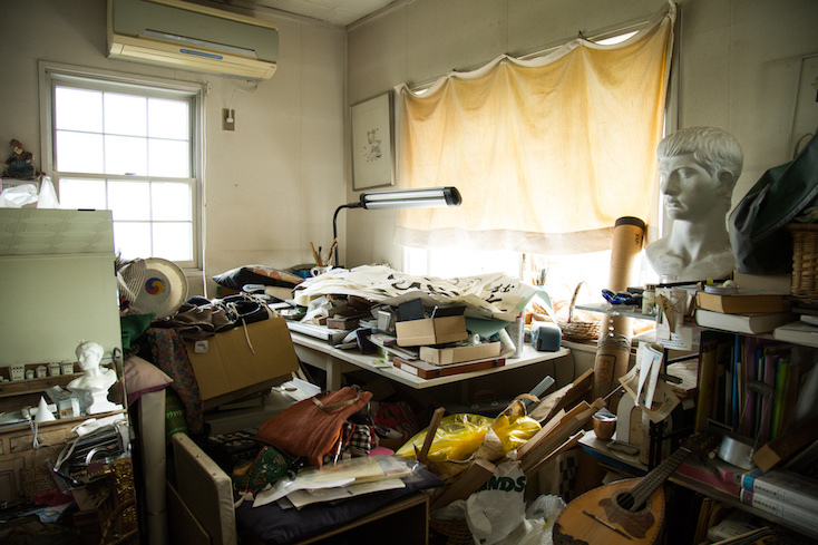 大量の荷物が置いてある作業部屋