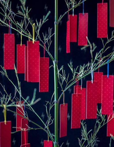 「パレスホテル東京」では、気鋭のアーティスト・舘鼻則孝氏とコラボレーションした「TANABATA STAR FESTIVAL -Prayers-」をスタート。2回目となる2017年は「七夕の祈り」がテーマ。笹竹を使った作品「Prayers」に、願いを書き記した短冊を吊るす参加型インスタレーションだ。
