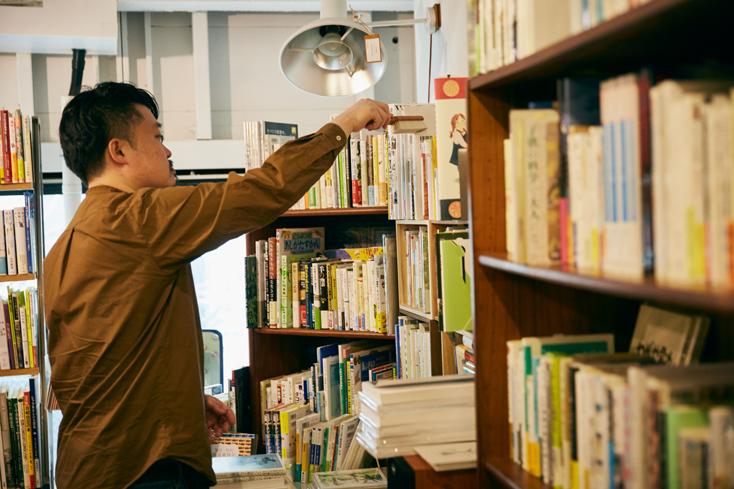 「本屋B&B」のブック・コーディネーター・内沼晋太郎さんインタビュー。見た目もシンプルで絵になるブラシは、本棚の片隅にちょっと置いておきたくなる。機能的でかつ美しい、本のある風景になじむ道具だ。