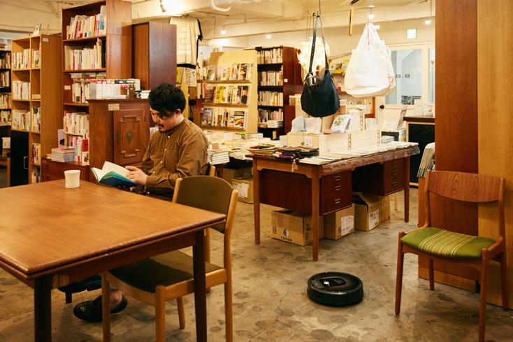 """「本屋B&B」のブック・コーディネーター・内沼晋太郎さんインタビュー。「そういう時間を創りだすためにも、『ルンバ』を使うといいと思うんですよね」。『ルンバ』がつくる""""きれいな部屋"""