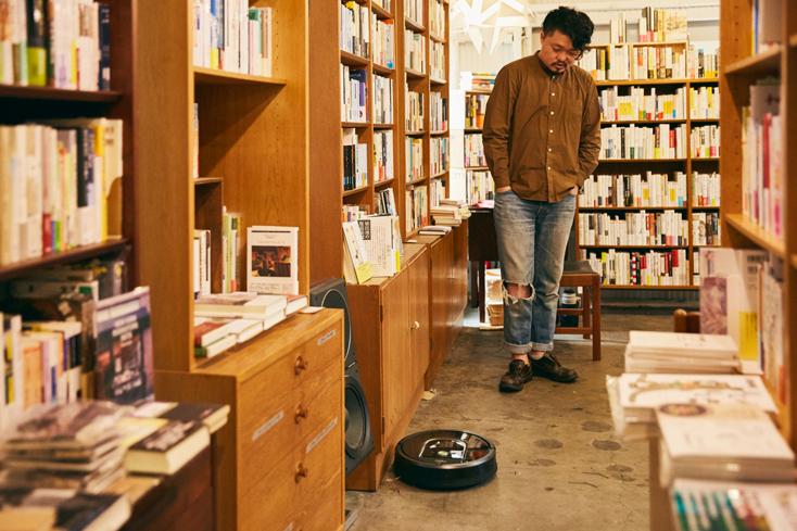 「本屋B&B」のブック・コーディネーター・内沼晋太郎さんインタビュー。内沼さんが驚いたのは、部屋全体を効率的に掃除する『ルンバ980』の動き。カメラやセンサーなど最新技術を駆使して、まるで自分がどこを掃除しているかわかっているような賢い動きです。家具に沿ってブラシがゴミをかきだしてくれたり、椅子の脚まわりに沿ってくるっと回ったりと変わらない丁寧な動きももちろん。