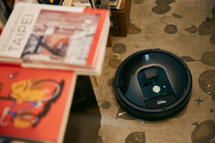 「本屋B&B」のブック・コーディネーター・内沼晋太郎さんインタビュー。そんな折、本を収集する、読む、持ち歩く、楽しむ、贈る、読書の音楽……といった「本のある素敵な暮らし」を楽しむためのアイテムを取り揃えるブランド「BIBLIOPHILIC」をプロデュースするという転機が訪れる。