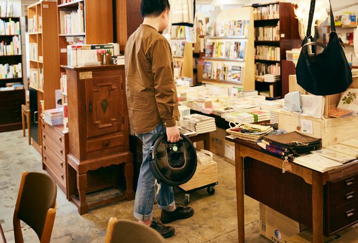 「本屋B&B」のブック・コーディネーター・内沼晋太郎さんインタビュー。「買って使ってみることで、投資額以上のものを生み出せるかもしれない。だから買う。そういう選択を常にしてきている、というところはあります。自分が本の仕事をしていくなかで、新しいアイデアやインスピレーションが湧くのは本以外のところ。ほかの業界で立ち上がったサービスだったり、それこそ『ルンバ』を使っているときだったりする。そういう発見を探していくのが、僕は好きなんです」(内沼さん)