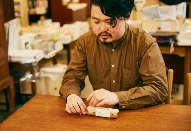 「本屋B&B」のブック・コーディネーター・内沼晋太郎さんインタビュー。本を大切にする暮らしはほかにも。「BIBLIOPHILIC」で扱うドイツの老舗メーカー「REDECKER(レデッカー)」のブックダストブラシ。やわらかいヤギ毛なので、本の天(ページ上部)に溜まった埃を、紙を傷つけずに払うことができる。