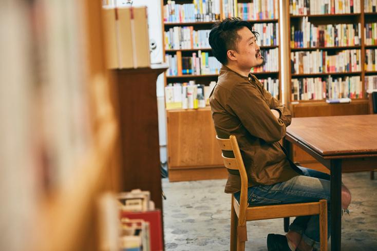 「本屋B&B」のブック・コーディネーター・内沼晋太郎さんインタビュー。静かなBGMと、語りかけてくるような本棚の存在感を楽しみながら、好きな本を手に取り、好きな席でうまいビールを飲む。「本屋B&B」がくれる至福の時間は、本を愛する人の日常から紡がれたもの。