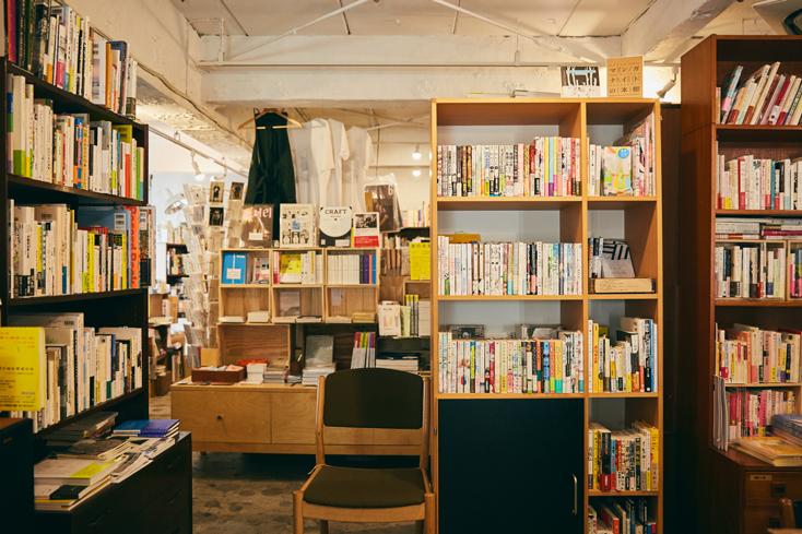 「本屋B&B」のブック・コーディネーター・内沼晋太郎さんインタビュー。自宅にもたくさんの本があるという内沼さん。「昔はもっと大量の本があって、部屋に山積みにしてました。本に関わる仕事はしていたけれど、自分の本の扱いまでは気が回らず、山になっている本の間を歩くような感じで暮らしていました。掃除は『ロボット掃除機 ルンバ』を使っていましたが、山積みになった本の合間を潜り抜けるように掃除していました」。