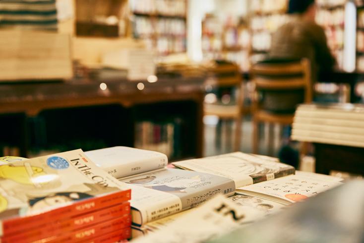 「本屋B&B」のブック・コーディネーター・内沼晋太郎さんインタビュー。まずは自身の意識を変えて、本棚に入る以上の本は持たないことに。「本のタイトルが見えていない本は、持っていないのと一緒だってわかったから」と内沼さん。それ以上は持たないことにして、何千冊もの本をデータ化。本を日常のなかで楽しむために、何気なく眺めたり読んだりする本は手元に残してデータ化しないでいる。