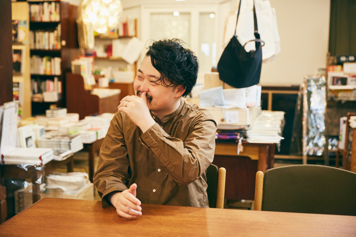「本屋B&B」のブック・コーディネーター・内沼晋太郎さんインタビュー。おいしい生ビールを飲みながら新しい本との偶然の出会いを楽しめるこの場所で、内沼さんは、この店の共同経営者であり、コンセプトづくりから日々のイベントの企画まで行っている。