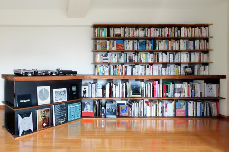 「本屋B&B」のブック・コーディネーター・内沼晋太郎さんインタビュー。本と音楽が一体となった本棚を「BIBLIOPHILIC」で企画。建築家の田中裕之氏に設計を依頼して、目に触れない本がないようにジャストな奥行きを追求。持ち物のほぼすべてを占める本とレコードが収まる仕様に。奥行きの差の部分はカウンターになっていて、斜めにせり出したDJブースにつながる。