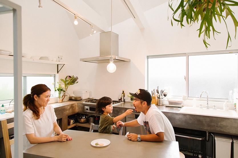 モルタルのキッチンがおしゃれなキッチン