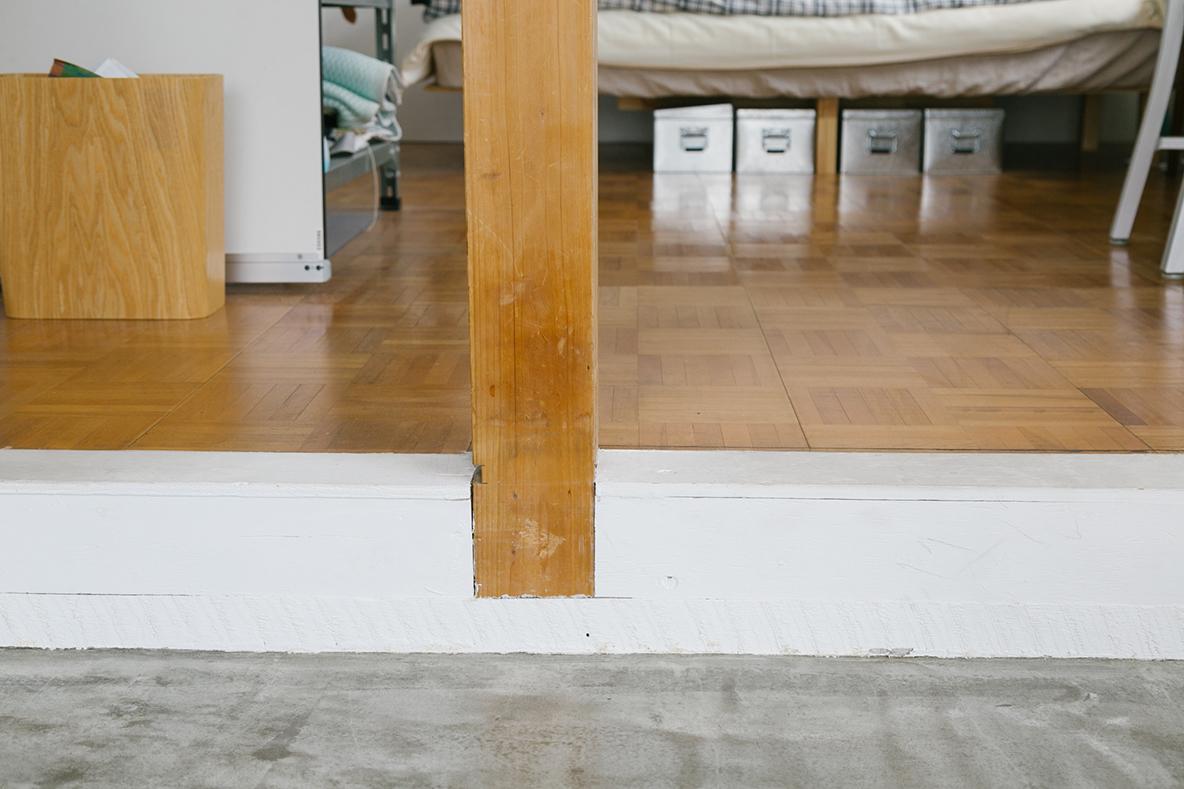 味のある木柱が残るDIY部屋