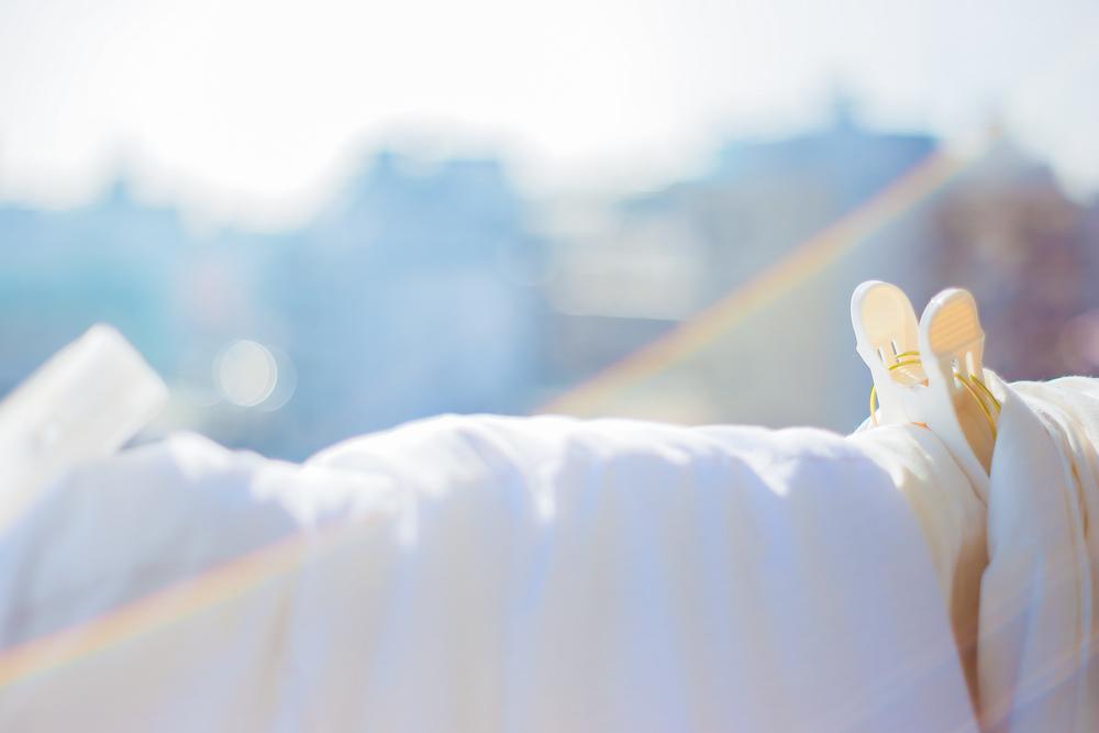 シーツやタオルケットなどの洗える寝具は、こまめに洗濯をして菌の増殖を防ごう。布団や枕のにおいは、天日干しをするなど湿気を飛ばすことで軽減を。マットレスは起こして壁に立てかけるなどすれば両面の湿気が取れて快適だ。