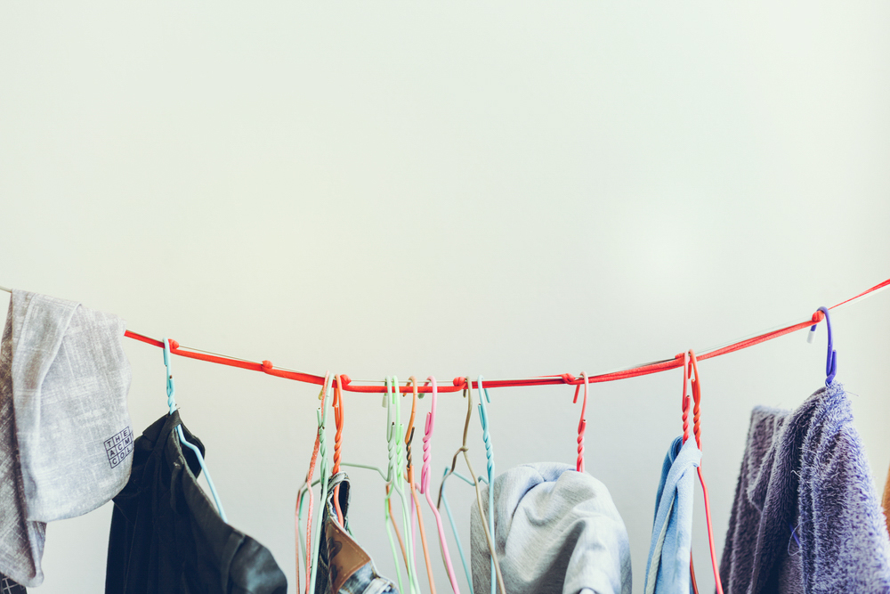 スーツなど自宅で手軽に洗濯できないものは、風通しのいい場所で、においの原因となる湿気をとってからクローゼットにしまう。クローゼットの中の湿度が気になる場合は、空気の入れ換えや除湿剤が効果的だ。