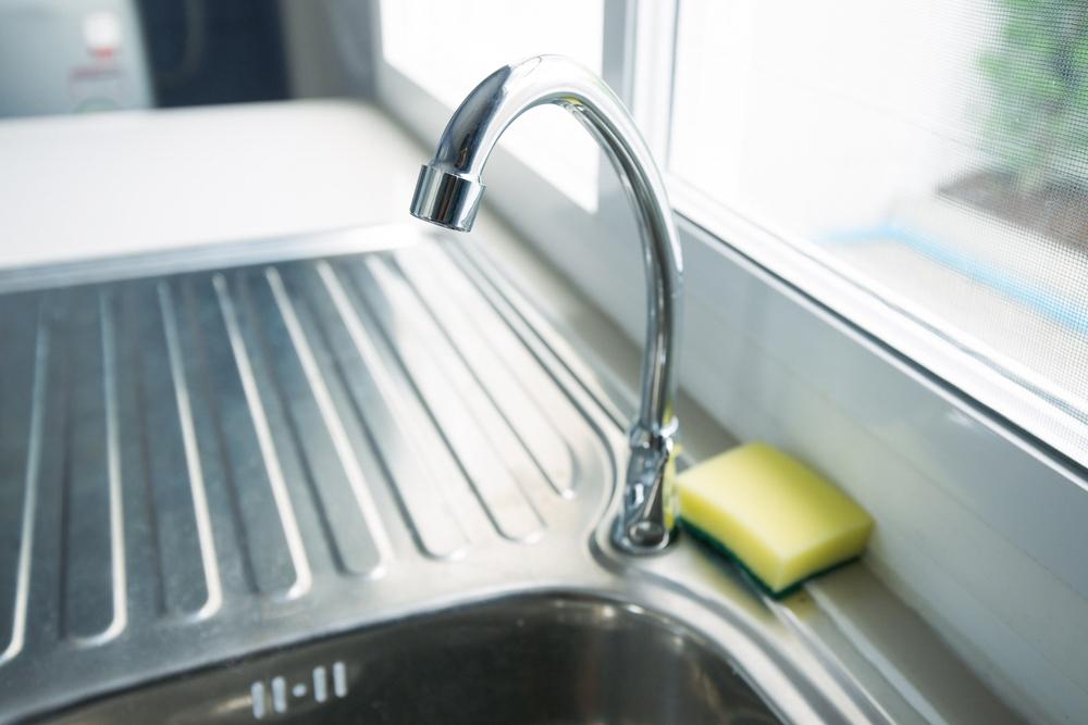 シンクは新聞紙などでできるだけ水気を拭き取る。生ごみはビニール袋に密閉してからゴミ箱へ。生ごみをにおわせない効果的な方法は、ポリ袋に入れてごみの日まで冷凍庫に入れておくというもの。