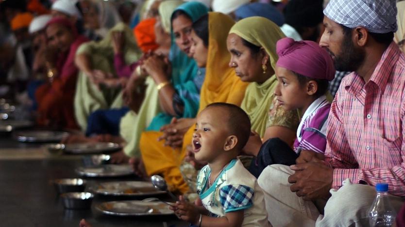 インドのシク教の聖地・黄金寺院で、毎日無料で振る舞われる10万食の豆カレー