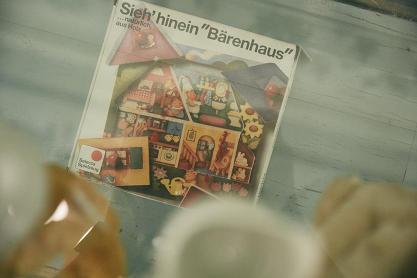 鳥越のカフェTにはドイツ雑貨や食器が並ぶ