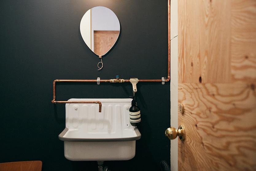 リノベーションしたカフェのトイレ