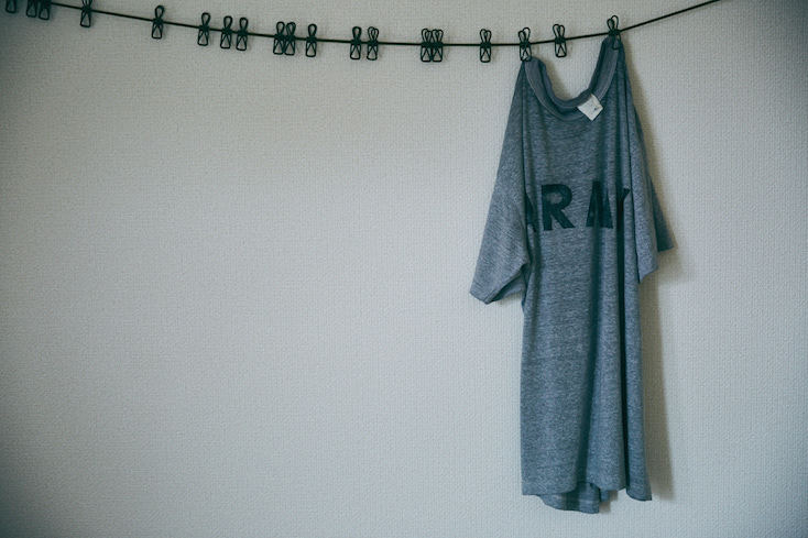 アートのように飾られたTシャツ