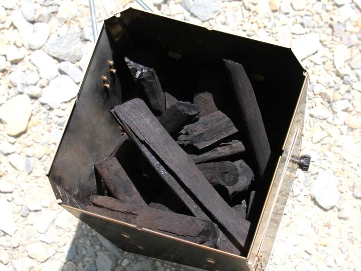 着火剤と炭をセットして火を付ければ、わずか10分で炭に火がつき、10人分の火起こしが一度にできる