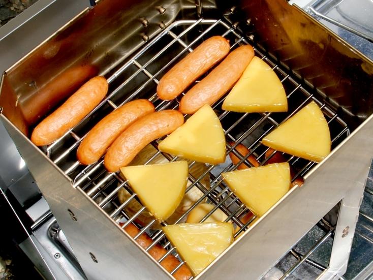 薫製料理、ツーバーナーヤ炭を使って簡単なオーブン料理もでき、市販の直径20センチ程度のピザを焼くことも可能